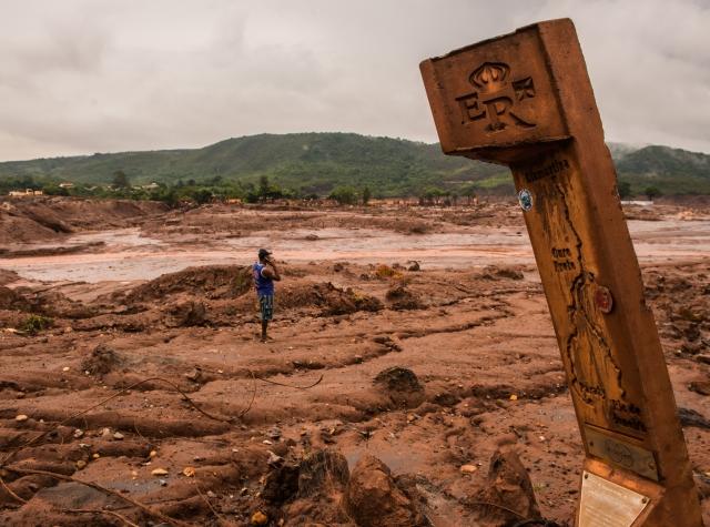 Foto: Veien inn til Bento Rodrigues er ødelagt og det er fremdeles ikke mulig å nå landsbyen fra denne siden. Fremdeles renner det gruveavfall ned dalen. Samarcos forsøk på å bygge diker har ikke fungert, og de blir nå bøtelagt for hver dag med lekkasjer. (Fabio Nascimento)