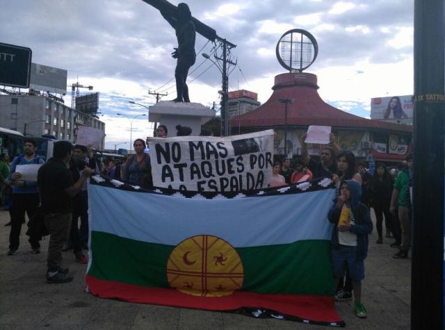 """Foto: """"Ingen fleire angrep i ryggen"""". Den brutale politivalden har ført til demonstrasjonar og søttemarkeringar dei siste dagane. (Mapuexpress)"""