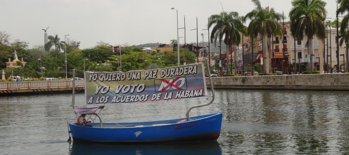 Foto: En liten kampanjebåt oppfordrer til å stemme nei til fredsavtalen. (Silje Syvertsen)