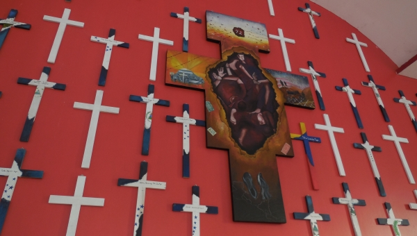 """Foto: Minnesmerke for ofrene for Tamapulinasmassakren i 2010, fra kapellet i senteret for migranter """"La 72"""" i Tabasco, México. (Lizbeth Gramajo)."""